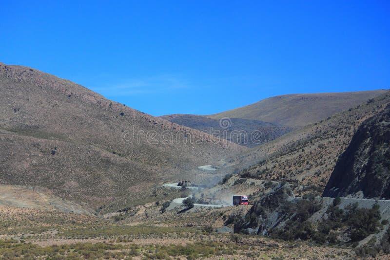 La strada di unpavement della montagna in Bolivia immagini stock