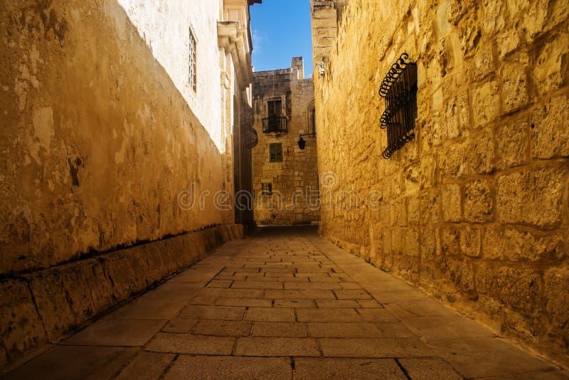 La strada dorata in Mdina fotografie stock libere da diritti