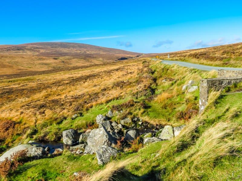 La strada nelle colline dell'Irlanda fotografie stock libere da diritti
