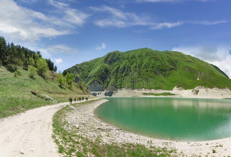 La strada non asfaltata sulla riva del lago Kezenoi della montagna sono nel distretto di Botlikh della Repubblica di Dagestan Ver fotografia stock