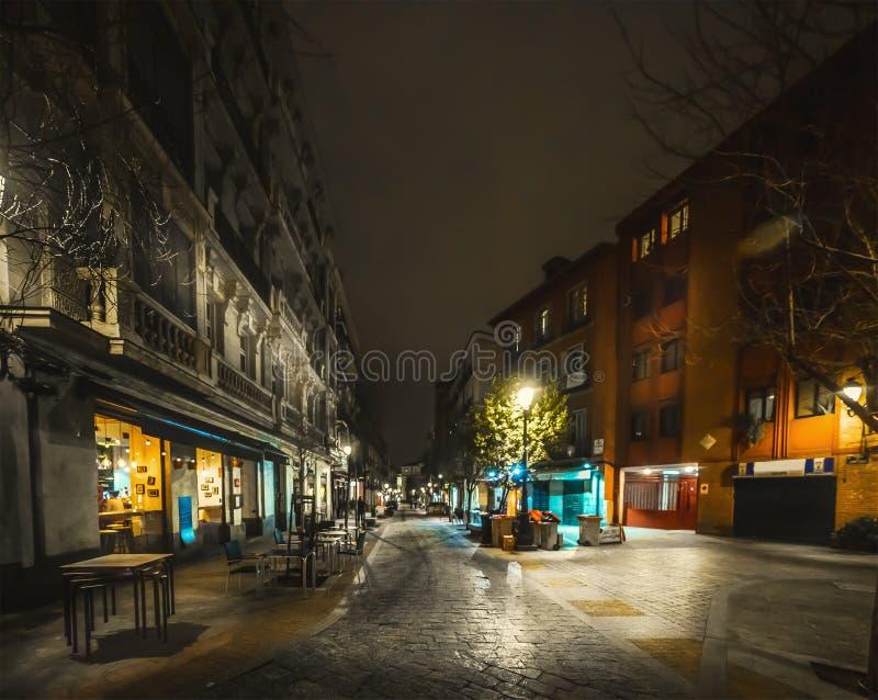 La strada pittoresca nel centro di Madrid di notte fotografia stock