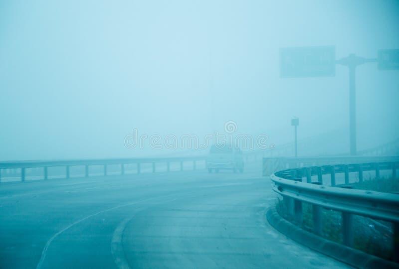 La strada principale è la foschia della nebbia coperta immagine stock libera da diritti