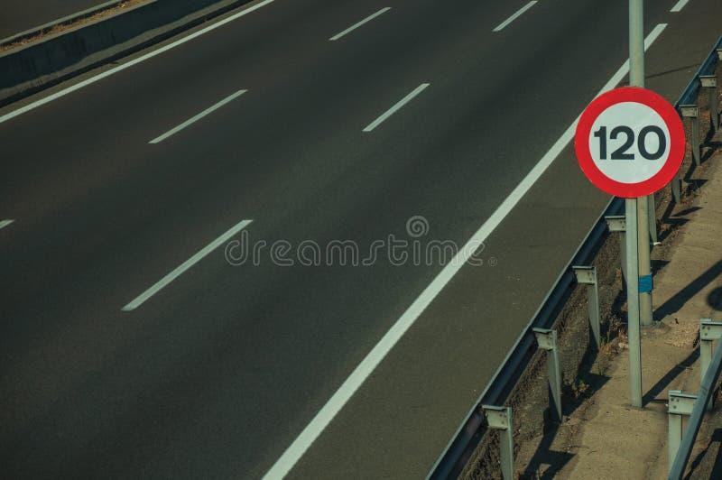 La strada principale con traffico pesante ed il LIMITE DI VELOCITÀ firma dentro Madrid fotografia stock libera da diritti