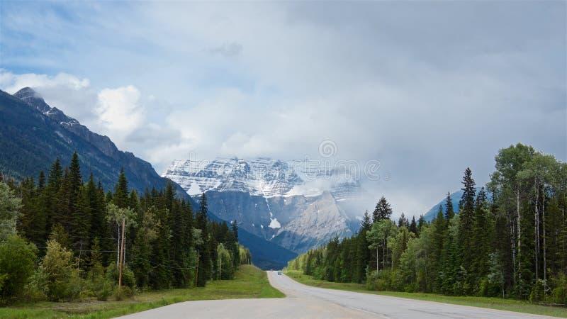 La strada principale della strada panoramica di Icefield conduce al piede della montagna scenica di Robson di estate, immagine stock libera da diritti