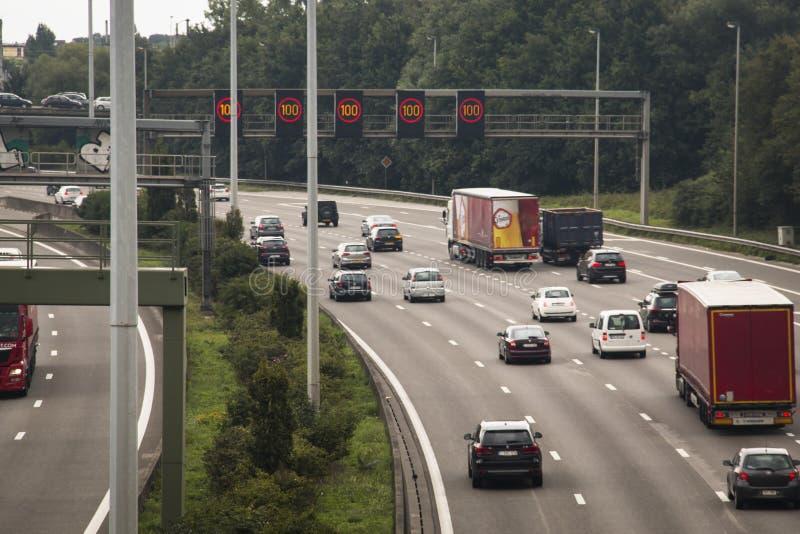 La strada principale intorno ad Anversa con le automobili fotografia stock