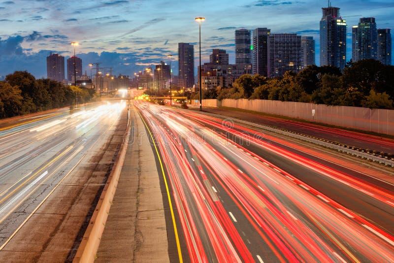 La strada principale a Toronto Ontario con la coda si accende all'alba fotografia stock libera da diritti