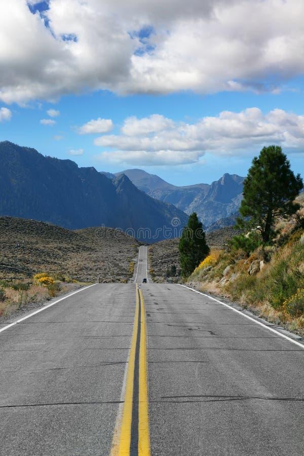 La strada si è spenta. La strada attraverso la montagna fotografia stock libera da diritti