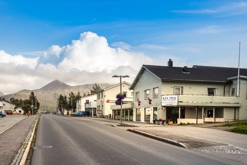 La strada Storgata, la via principale al centro urbano in Leknes, Norvegia immagine stock