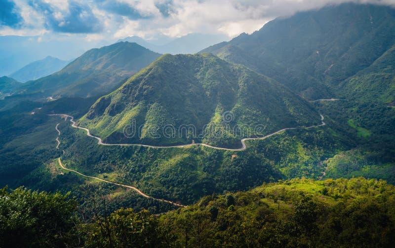 La strada tra le montagne di Sa Pa, Vietnam immagine stock libera da diritti
