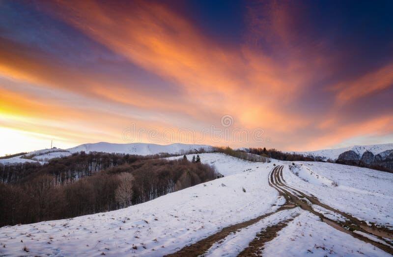 La strada in una valle di inverno alla cima della montagna fotografie stock libere da diritti