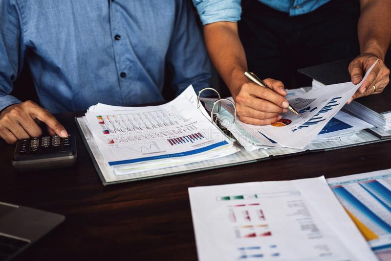 La stratégie de planification de deux hommes d'affaires sur le bureau avec des écritures, équipe de stratège analysent des donnée photos libres de droits