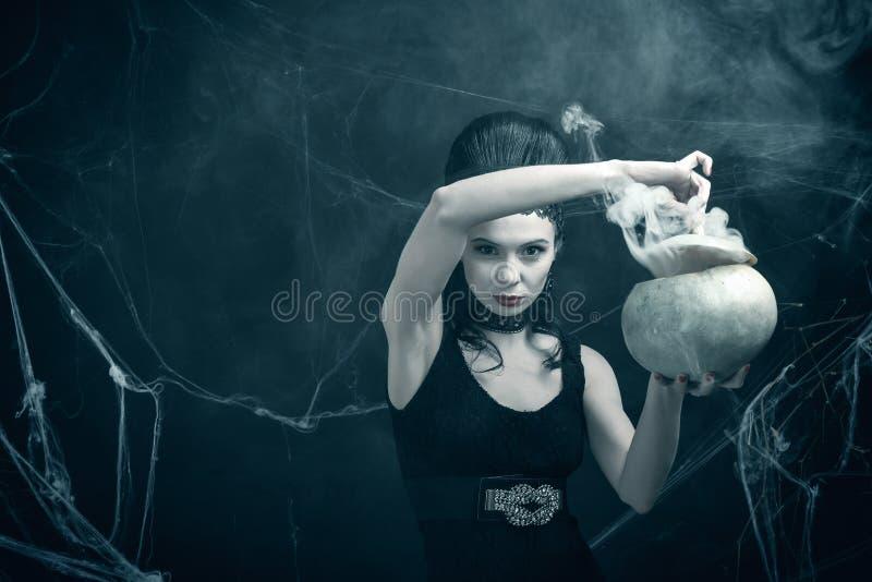 La strega diabolica e la pozione magica fotografie stock libere da diritti