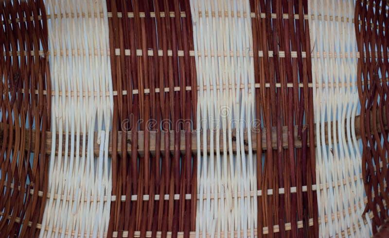 La structure et le fond du panier en osier Texture ronde de modèle Armure verticale et horizontale image libre de droits
