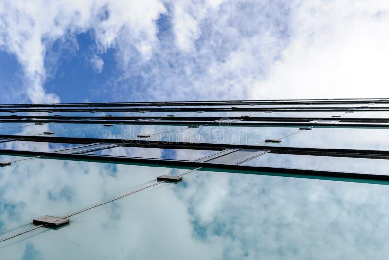 La struttura astratta del fondo con le nuvole luminose ha riflesso in vento fotografie stock libere da diritti