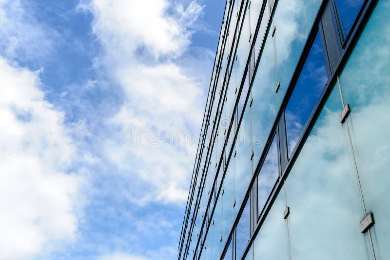 La struttura astratta del fondo con le nuvole luminose ha riflesso in vento fotografia stock libera da diritti