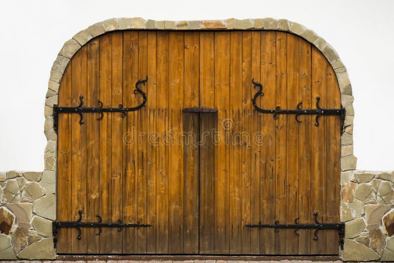 La struttura dei portoni di legno con i dettagli forgiati I portoni sono d immagine stock
