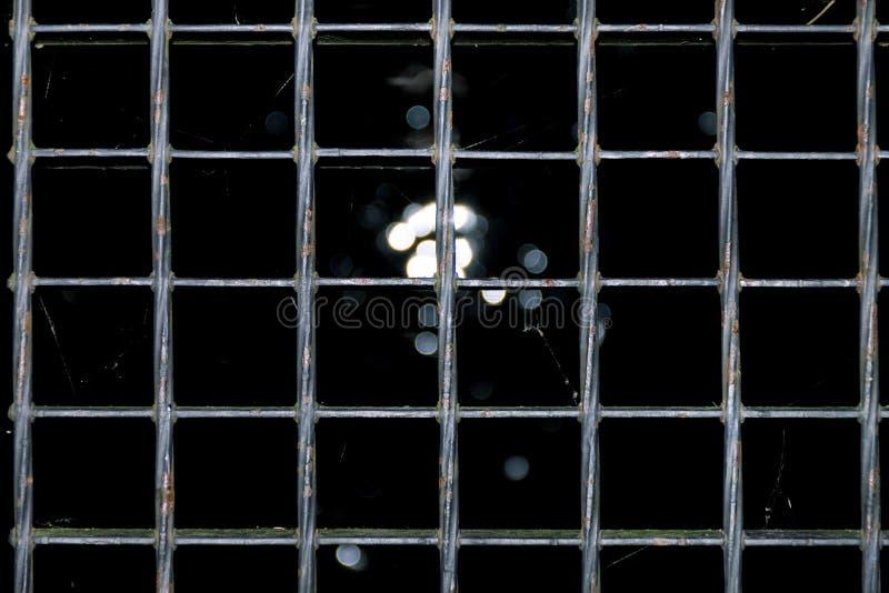 La struttura della grata del pavimento d'argento, la luce attraversa la grata, i precedenti della grata del metallo illustrazione di stock