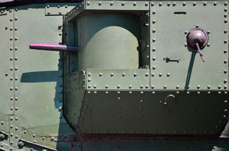 La struttura della parete del carro armato, fatta di metallo e di rinforzo con un gran numero di bulloni e di ribattini Immagini  fotografia stock libera da diritti