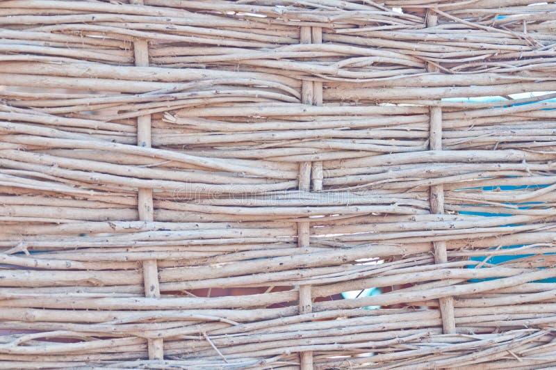 La struttura delle canne asciutte Canne gialle Un recinto fatto delle canne Il tetto ? coperto di canne ramoscelli bastoni fotografie stock