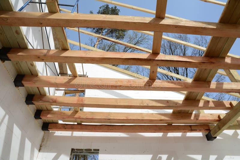 La struttura di legno della costruzione Installazione dei fasci di legno a costruzione il sistema della capriata del tetto della  fotografia stock