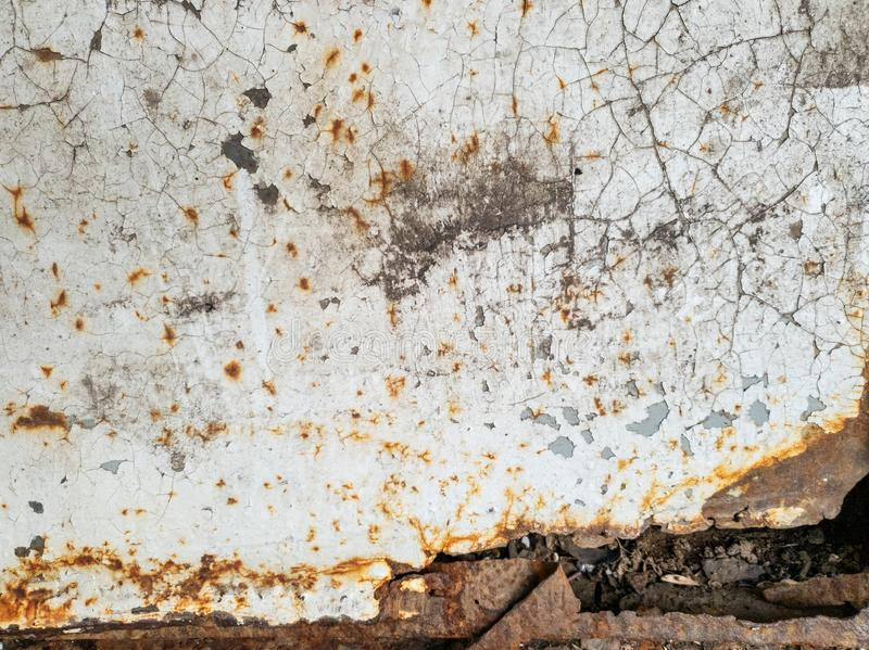 La struttura di pittura bianca e di ruggine nocive sulla superficie del metall, fondo fotografia stock