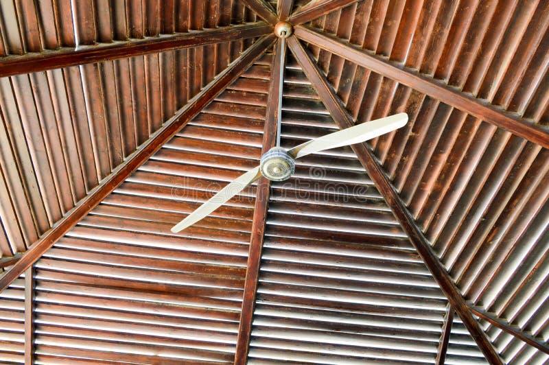 La struttura di un tetto di legno marrone è estratto dei fasci di ceppi sistemati verticalmente orizzontalmente e di grande venti fotografie stock