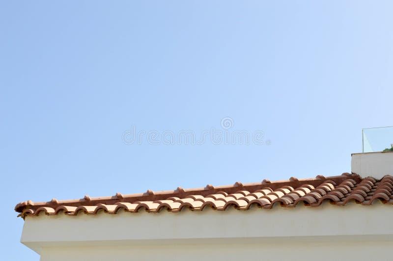 La struttura di un tetto piastrellato rosso con le mattonelle rosse contro lo spazio della copia e del cielo blu immagine stock libera da diritti