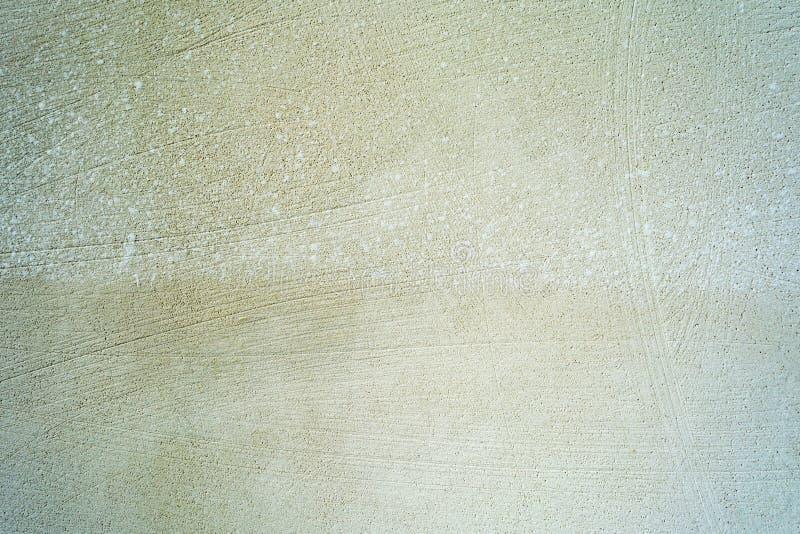 La struttura di una parete grigia marrone con molti piccoli graffi, fondo di astrazione del primo piano di architettura fotografie stock libere da diritti