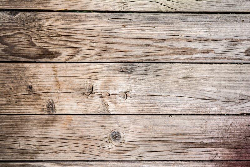 La struttura di vecchio legno incrinato sbiadito, pannello di legno consumato, si chiude sul fondo dell'astrazione immagine stock