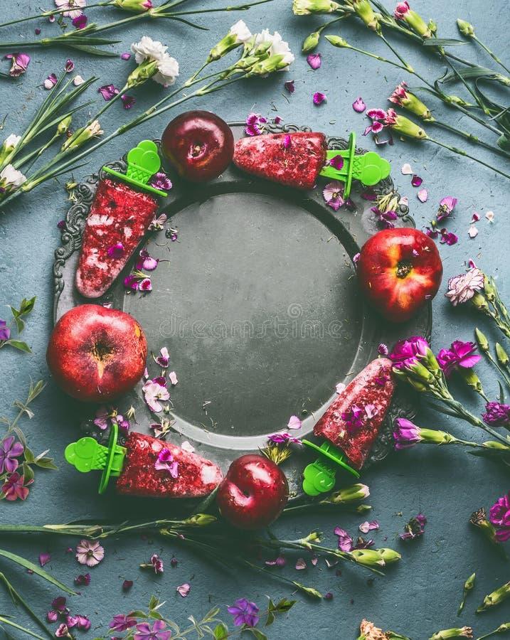 La struttura rotonda del cerchio del gelato o del ghiacciolo rosso casalingo di frutti di bacche in piatto sul fondo del tavolo d fotografie stock