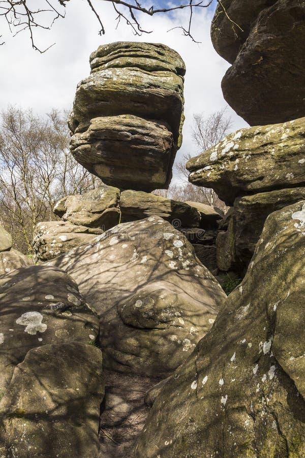La struttura squilibrata a Brimham oscilla, North Yorkshire in Inghilterra fotografia stock