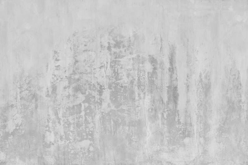 La struttura stagionata astratta ha macchiato il vecchio stucco grigio chiaro ed ha invecchiato il fondo bianco del muro di matto fotografie stock