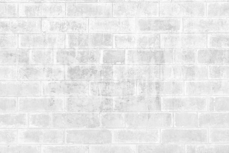 La struttura stagionata astratta ha macchiato il vecchio stucco grigio chiaro ed ha invecchiato il fondo bianco del muro di matto immagini stock