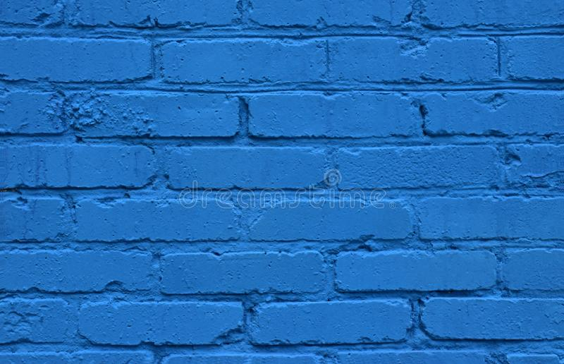 La struttura unica di vecchio muro di mattoni dipinto con la pittura ad olio blu luminosa immagini stock libere da diritti