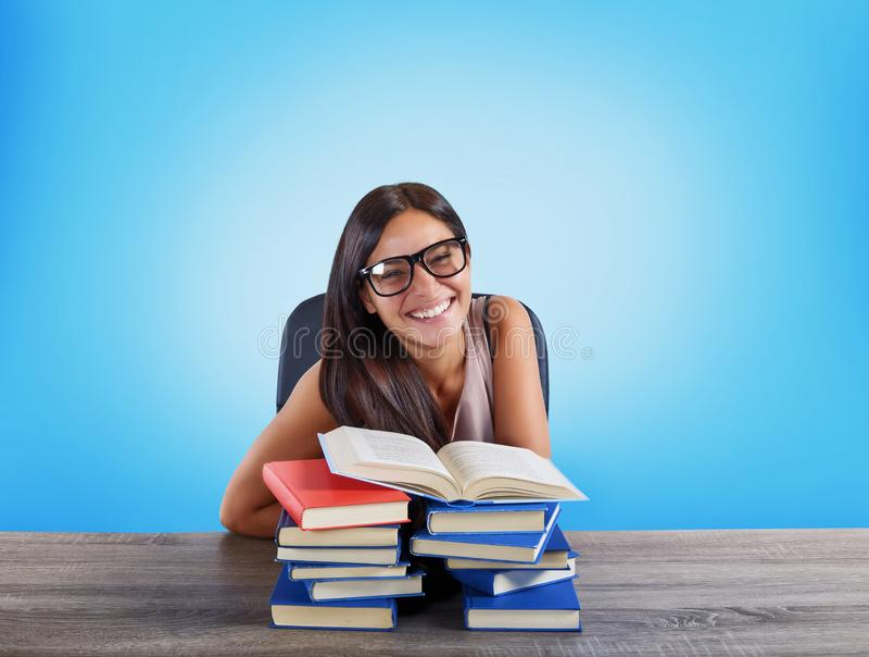 La studentessa felice sta finendo il suo studio immagini stock libere da diritti
