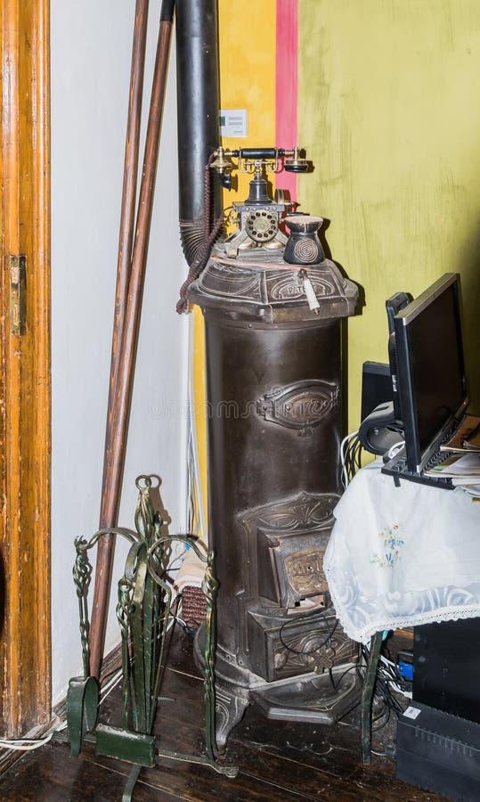 La stufa e l'oggetto d'antiquariato decorativi telefonano la condizione nell'angolo del caffè medievale in vecchia città Città di fotografia stock libera da diritti