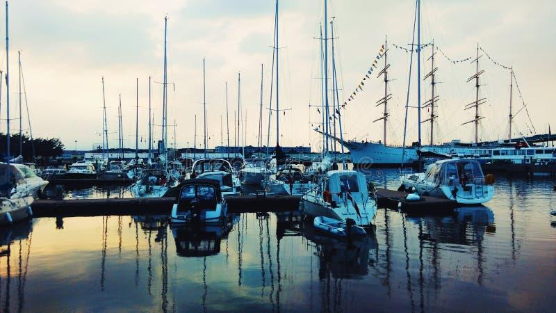 La Suède, bateaux, côte, coucher du soleil, bleu, mer photographie stock