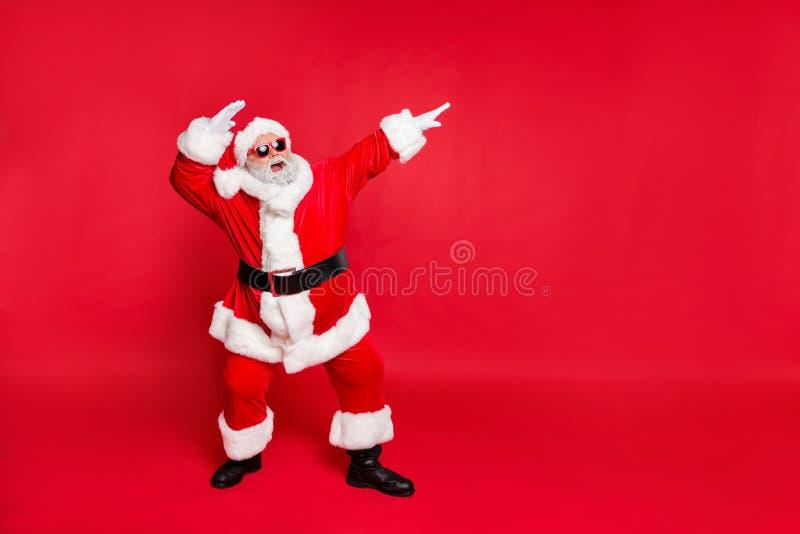La sua bella vista del suo bel Babbo Natale allegro e spensierato e barbuto, che si diverte a gioire della fatina. immagine stock libera da diritti