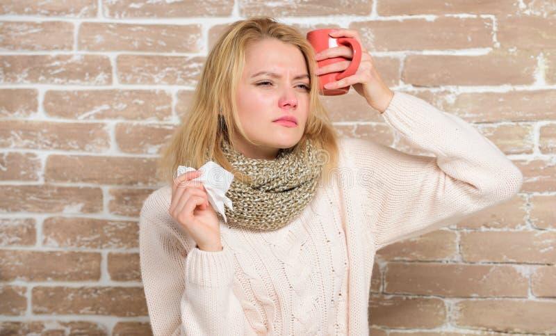 La sua mia cura Donna malata con la tazza bevente della gola irritata di tè caldo Ragazza graziosa con sofferenza fredda nasale  immagini stock