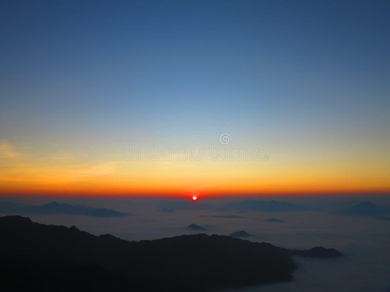 La subida del sol imagenes de archivo