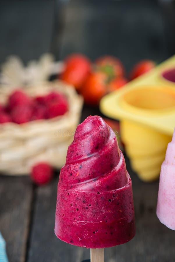 La sucette faite maison de fruits d'été saute la glace image stock