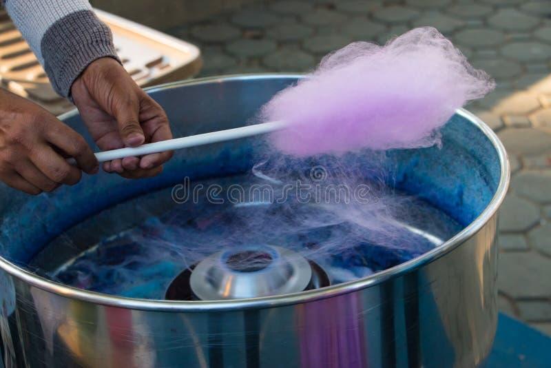 La sucrerie de coton rose spuning dans la machine images stock