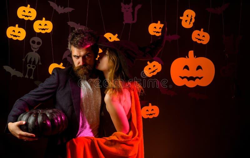 La sucrerie de les plus populaires pour Halloween Couples affectueux heureux Chemise heureuse de Halloween Secrets de magie pour  images libres de droits