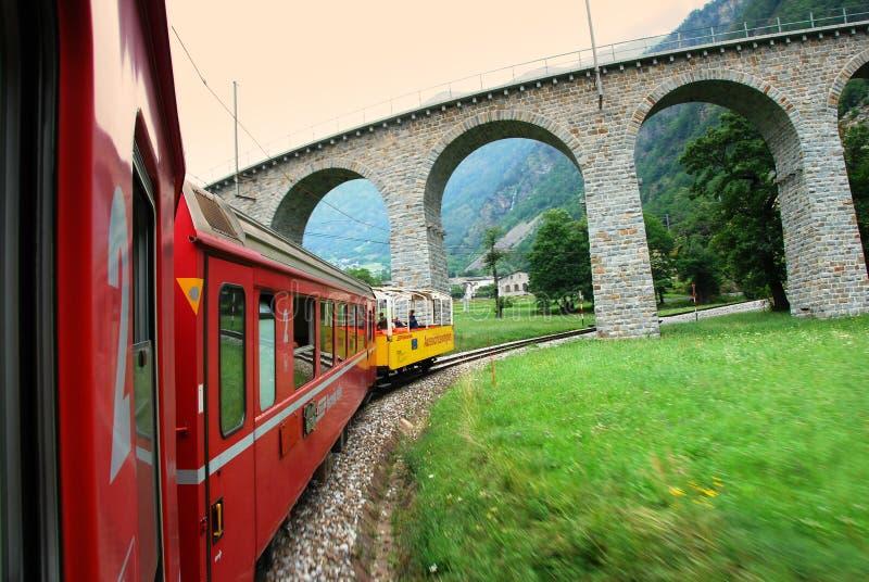La Suisse : En juillet 2012, le train alpin rouge célèbre Bernina expriment de StMoritz à Tirano près du viaduc de Brusio en Ital images stock