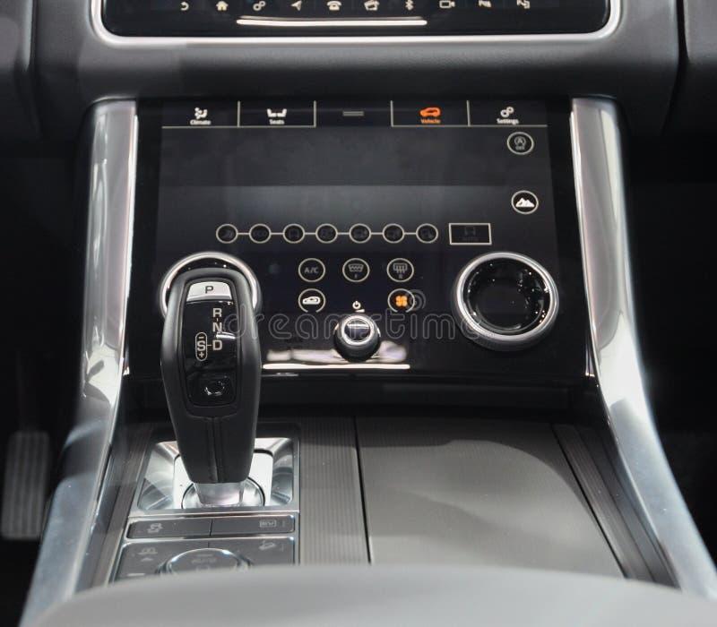 La Suisse ; Genève ; Le 8 mars 2018 ; Gearbo automatique de Range Rover image stock