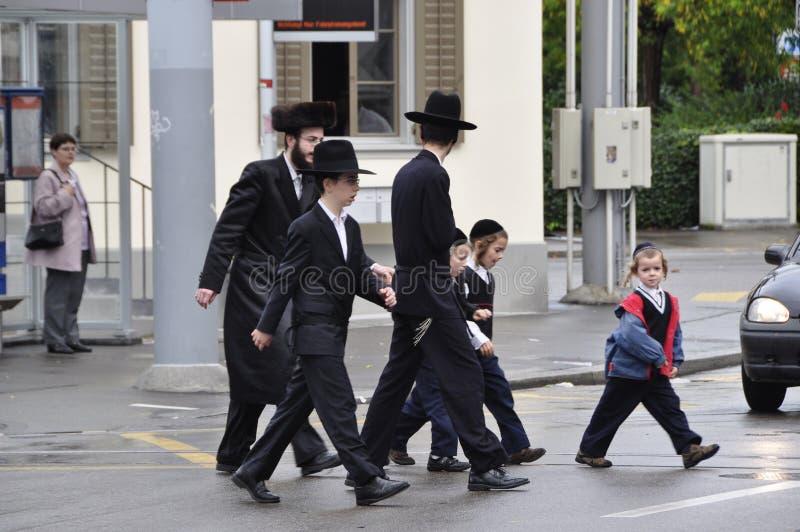 La Suisse : Personnes juives orthodoxes marchant à travers la rue à images stock