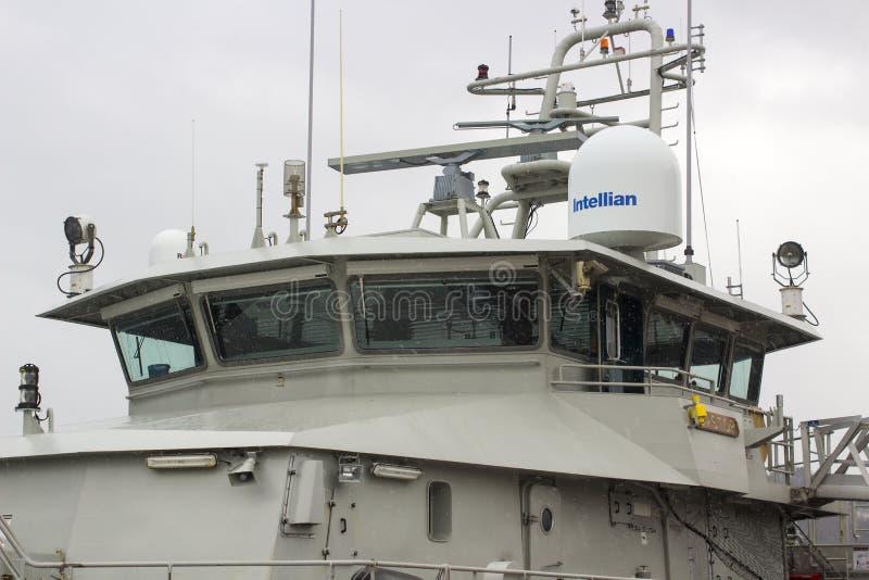La superestructura y el puente del echador belga del barco de la Armada atracaron en Kennedy Wharf en la ciudad de Cork Harbour I foto de archivo