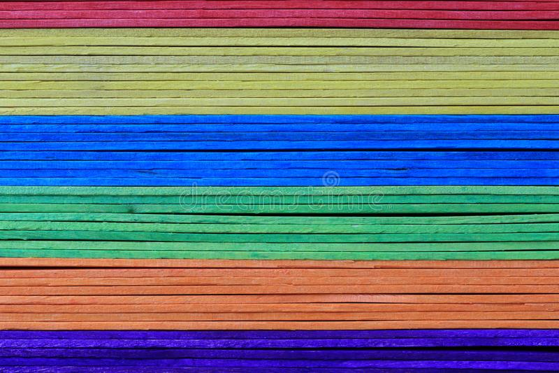 La superficie de los tablones de madera coloridos apiló el fondo fotografía de archivo libre de regalías