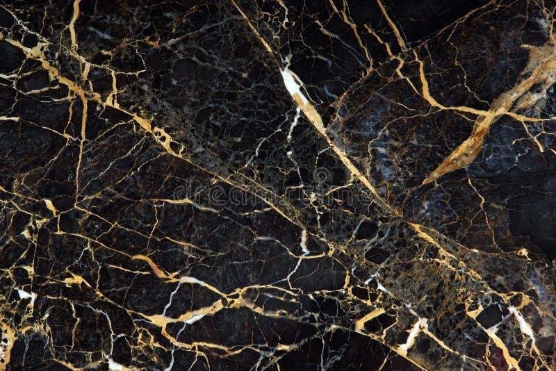 La superficie de la losa del mármol costoso oscuro con las venas amarillas y blancas se llama New Portoro imagen de archivo