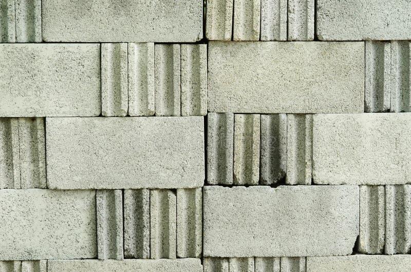 La superficie del blocchetto del mattone è impilata contro fotografie stock